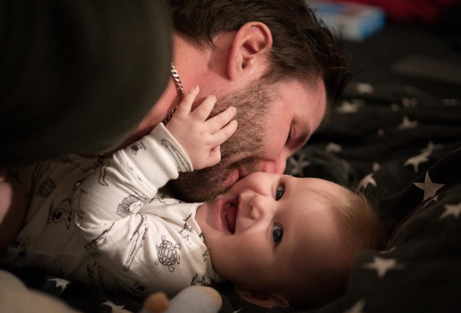 Papa joue avec bébé